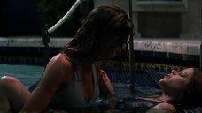 6. Лесбийская сцена в бассейне с Дениз Ричардс и Нив Кэмпбелл – Дикость