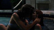 7. Лесбийская сцена в бассейне с Дениз Ричардс и Нив Кэмпбелл – Дикость