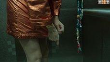 1. Ольга Виниченко засветила грудь в лифте – Закон каменных джунглей