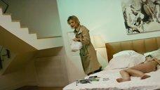 23. Рената Литвинова осматривает полностью голую Кристину Исайкину – Про Любовь (2015)