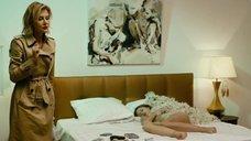 24. Рената Литвинова осматривает полностью голую Кристину Исайкину – Про Любовь (2015)