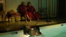 Девушки ласкают друг друга в бассейне