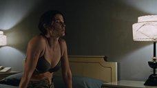 Сексуальная Коби Смолдерс в лифчике
