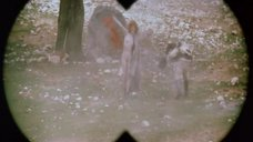 Полностью голая Амалия Мордвинова бегает под обстрелами
