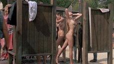 Голые девушки принимают душ на пляже