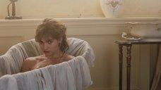 Лили Джеймс принимает ванну