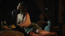 Эмилия Кларк позирует голой перед скульптором