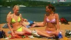 Аппетитные Анна Антонова и Ольга Медынич отдыхают на пляже