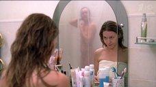 Аглая Шиловская принимает душ