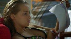 Аглая Шиловская в купальнике