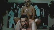Обнаженная Анна Легчилова делает массаж
