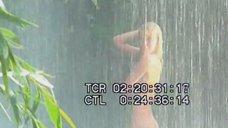 Голая Виктория Герасимова моется под водопадом