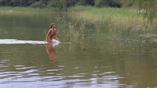 Обнаженная Изабелла Скорупко купается в реке