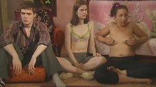 Софья Урицкая, Елена Ташаева и Анна Котова играют в карты на раздевание