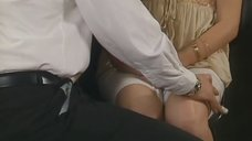Анну Котову лапают за грудь