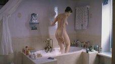 Обнаженная Анна Дубровская садится в ванну