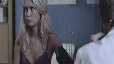 Агата Муцениеце в белье на осмотре у доктора