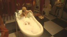 Ирина Гринева принимает ванну