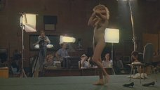 Голая девушка демонстрирует своё тело на кастинге