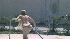 Екатерина Зинченко плавает в бассейне