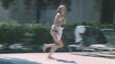 17. Екатерина Зинченко плавает в бассейне – Жених из Майами