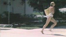 18. Екатерина Зинченко плавает в бассейне – Жених из Майами