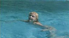 5. Екатерина Зинченко плавает в бассейне – Жених из Майами
