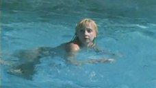 6. Екатерина Зинченко плавает в бассейне – Жених из Майами