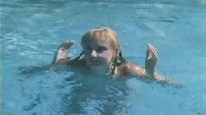 8. Екатерина Зинченко плавает в бассейне – Жених из Майами