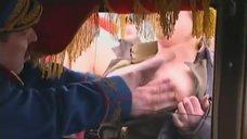 2. Оксана Сташенко трется голой грудью об машину – Особенности банной политики, или Баня 2