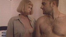 Яна Васильева засветила голую грудь