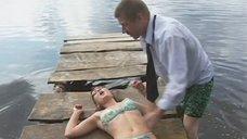 Испуганная Анна Жбанникова в купальнике