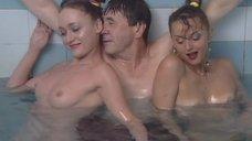 Обнаженная Светлана Немировская развлекает клиента в бассейне