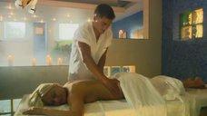 Наталье Рудовой делают массаж