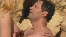 Эротическая сцена с Ольгой Вечкилевой на пляже