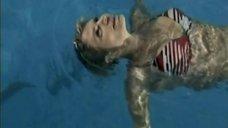 Светлана Тимофеева-Летуновская плавает в бассейне
