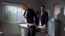 Мисси Крайдер показывает свою попу врачу