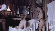 9. Светлана Письмиченко и Ингеборга Дапкунайте моются в ванне – Морфий
