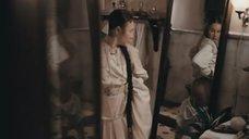 Юлия Дейнега рассматривает голую попу в зеркале