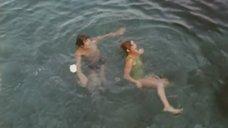 Марина Неелова плавает в море