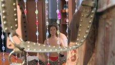 1. Сексуальное тело Натальи Русиновой намазывают кремом – Молодые и злые