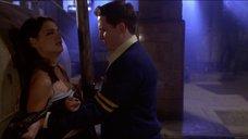 3. Кэти Холмс лапают за грудь – Непристойное поведение