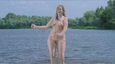 Обнаженная Алена Кивайло выбегает из воды