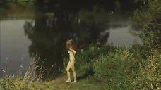 2. Обнаженная Мария Глазкова купается в озере – На заре туманной юности