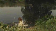 4. Обнаженная Мария Глазкова купается в озере – На заре туманной юности
