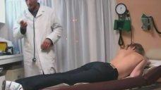 17. Лена Ленина прикрывает грудь рукой на осмотре у доктора