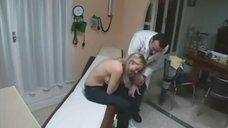 3. Лена Ленина прикрывает грудь рукой на осмотре у доктора