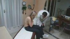 7. Лена Ленина прикрывает грудь рукой на осмотре у доктора