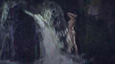Полностью голая Анастасия Макарова у водопада