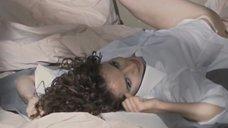 Красивая Юлия Маньковская нежится в постели